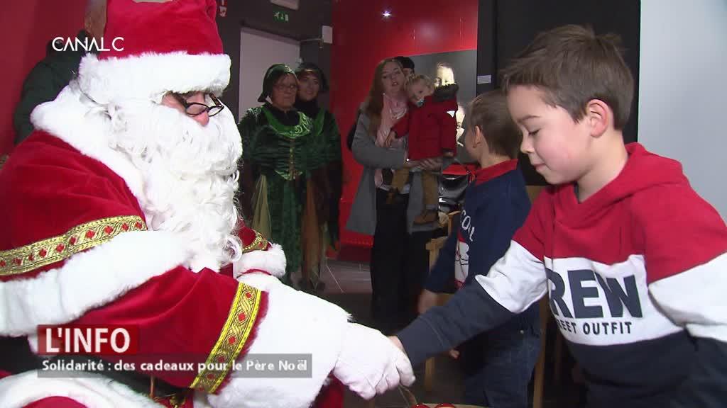 Quand les enfants apportent des jouets au Père Noël