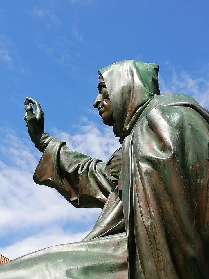 Une statue près de Cathédrale