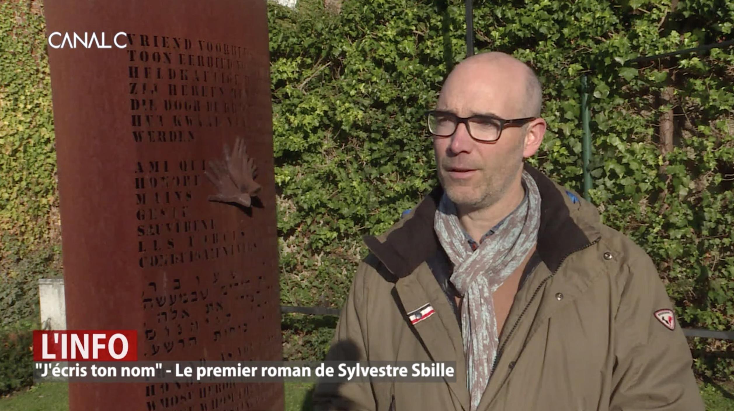 Sylvestre Sbille devant monument
