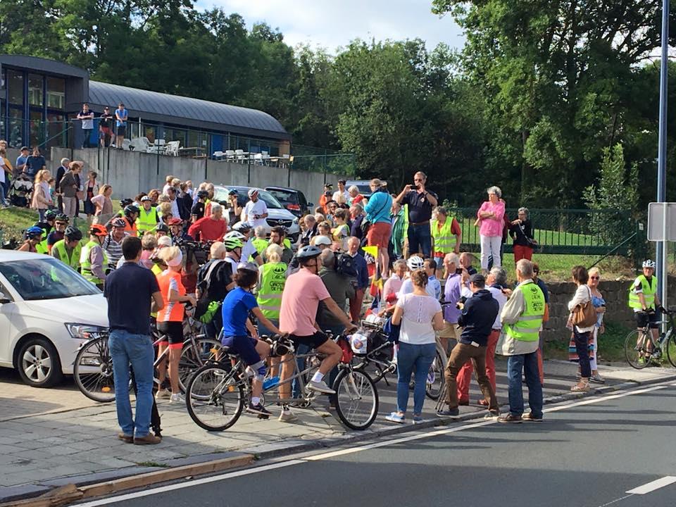 La foule pour départ papys cyclistes