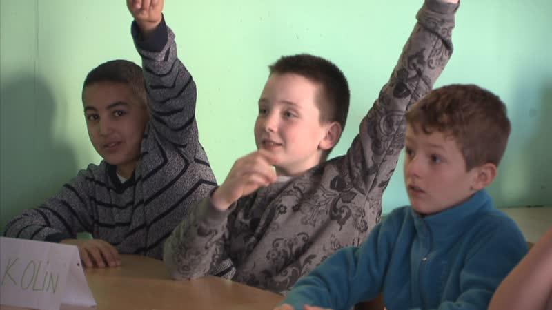 élèves dans classe lèvent doigt